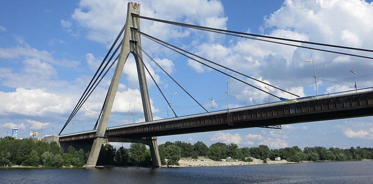 Сразу на двух загруженных мостах Киева ограничат движение